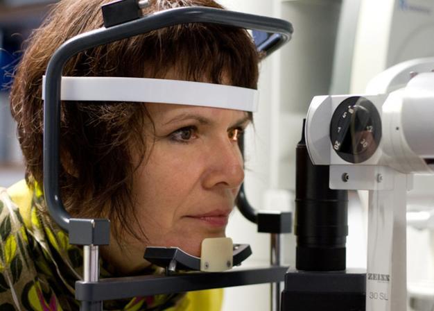 Außerdem kann der Tränenfilm beurteilt werden, um das richtige Material für die Kontaktlinse zu wählen.